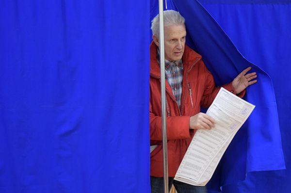 Помощник президента РФ Андрей Фурсенко в единый день голосования на избирательном участке № 90.