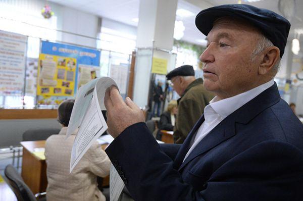 Бывший мэр Москвы Юрий Лужков в единый день голосования на избирательном участке № 142 в Москве.