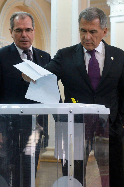 Рустам Минниханов проголосовал на участке в здании КНИТУ-КАИ. Позади - ректор вуза Альберт Гильмутдинов