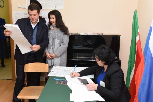 Мэр Казани Ильсур Метшин пришел на участок со своей супругой и дочерью.