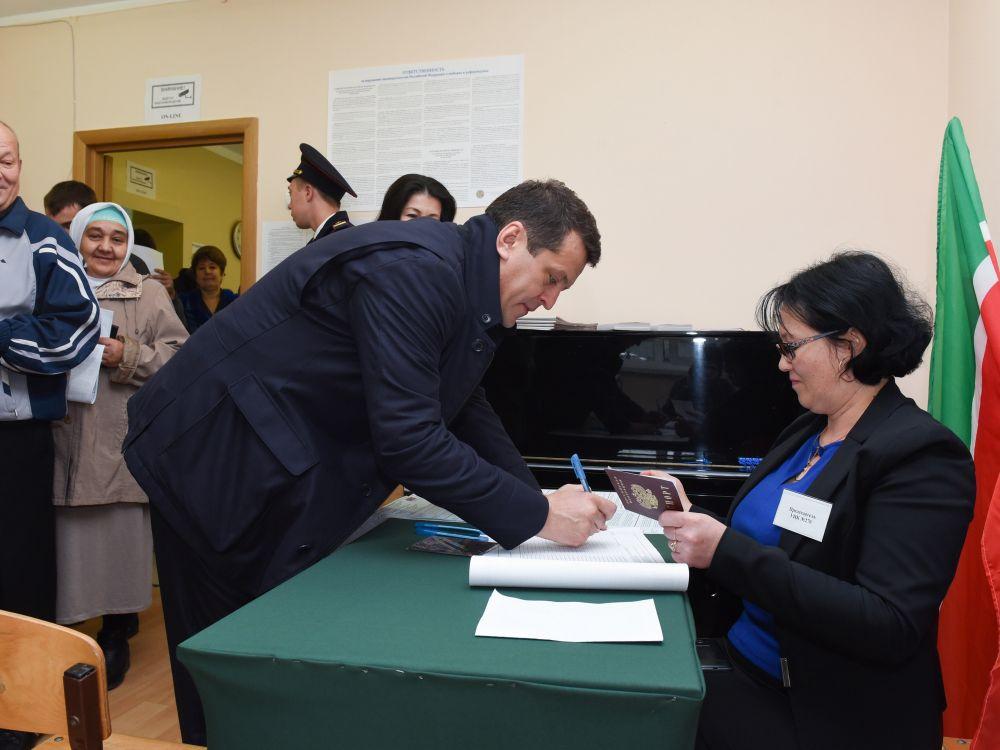 Мэр Казани проголосовал по месту жительства - в поселке Петровский.