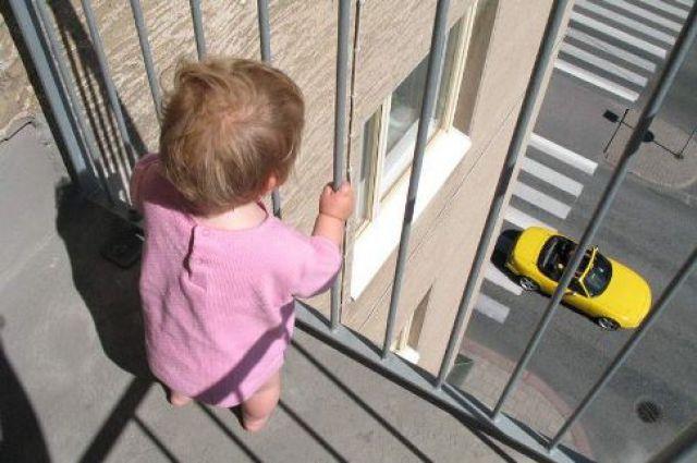 Еще один ребенок выпал из окна в НСО