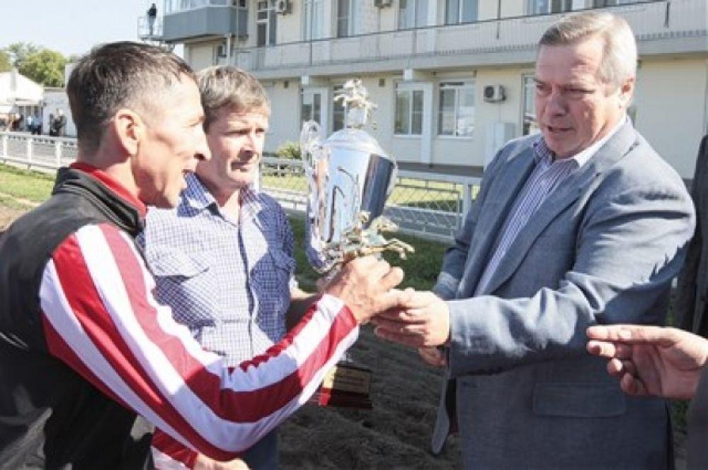 В этом году призовой фонд скачек составляет 500 тысяч рублей, что служит дополнительным стимулом развития донского коневодства.