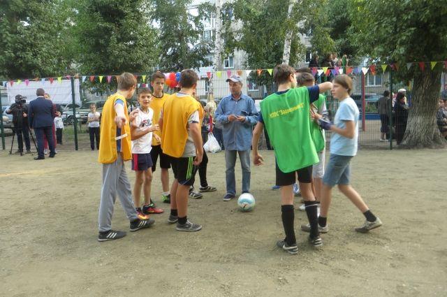 Первый футбольный матч прошёл уже в день открытия площадки.