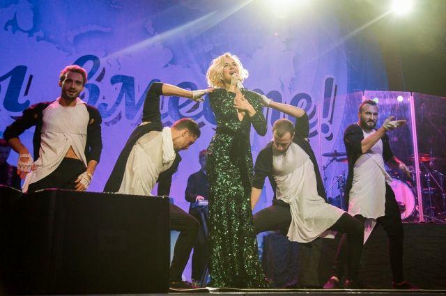 Полина Гагарина на сцене в Туле