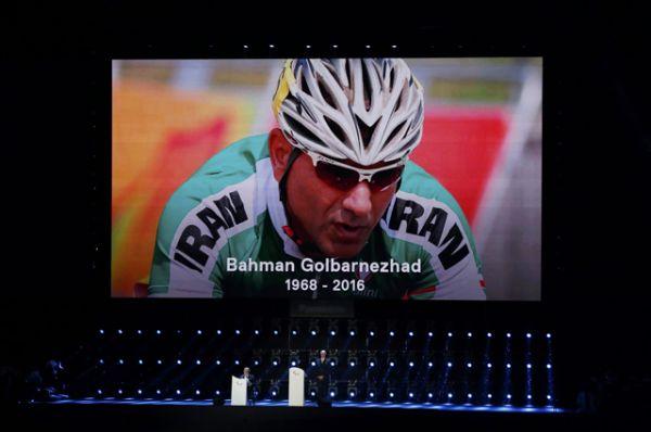 На церемонии почтили минутой молчания память иранского велогонщика Бахмана Голбарнежада, который в субботу погиб в результате аварии на шоссейной гонке.
