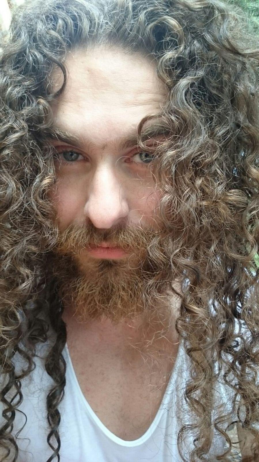 Михаил не пользуется никакими средствами для волос, фенами, даже расчёсывается два раза в неделю: больше его волосам просто не нужно.