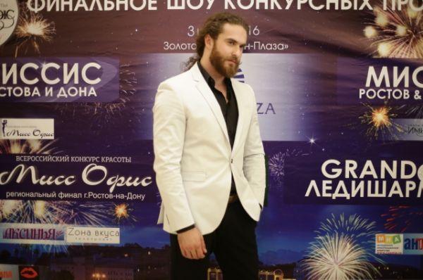 Модельному миру Михаил предпочёл мир политики. Работал лидером молодёжной организации, выдвигался в гордуму Ростова-на-Дону.