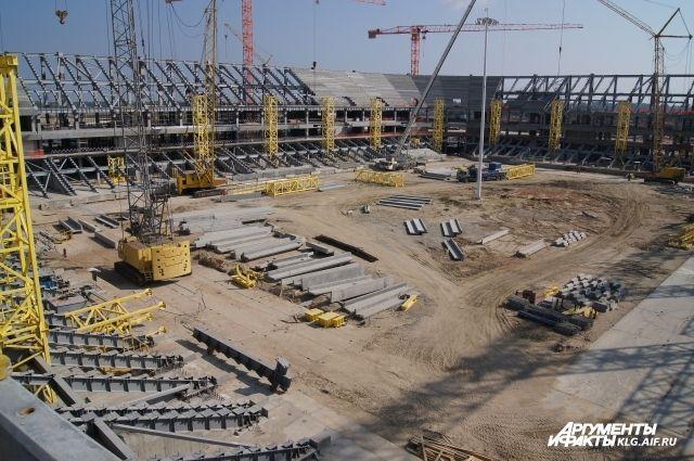На стройплощадке стадиона к ЧМ-2018 в Калининграде собрали кран-великан.