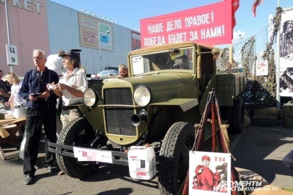Было представлено большое количество автомобилей, которые сегодня в основном можно увидеть только на кадрах военной кинохроники.