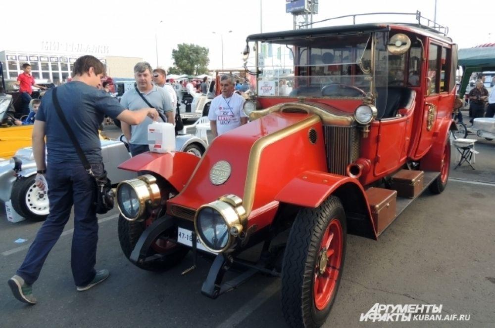 Посетители фестиваля могли проголосовать за понравившийся автомобиль, опустив купон в специальную канистру.