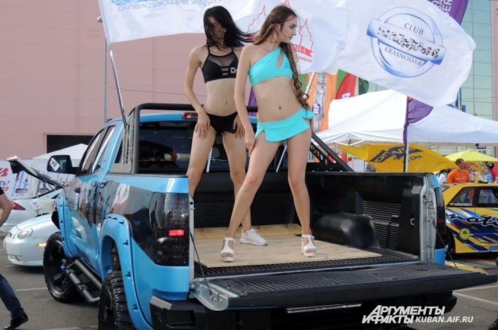 Танцы в кузове пикапа - один из традиционных развлекательных номеров на фестивалях автотюнинга.