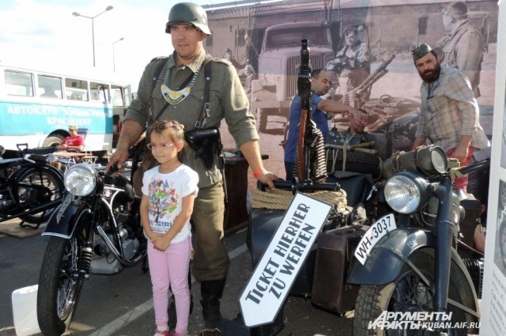 Возле германской мототехники 40-х годов стояли добрые «фрицы».