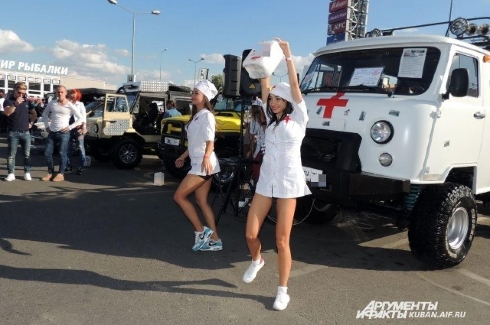 Девушки в форме медицинских сестер «лечили» посетителей выставки зажигательными танцами.