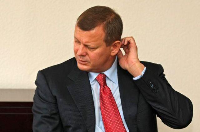 Апелляционный суд оставил под арестом имущество А.Клюева иего отца