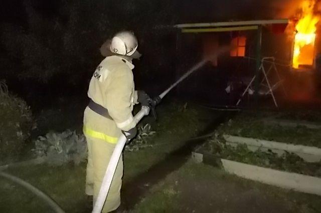 Около Ново-Свердловской ТЭЦ из-за обрыва кабеля ЛЭП сгорел дом