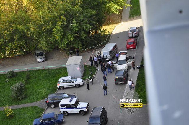 Граждане Дзержинского района обнаружили окровавленный труп мужчины всалоне автомобиля