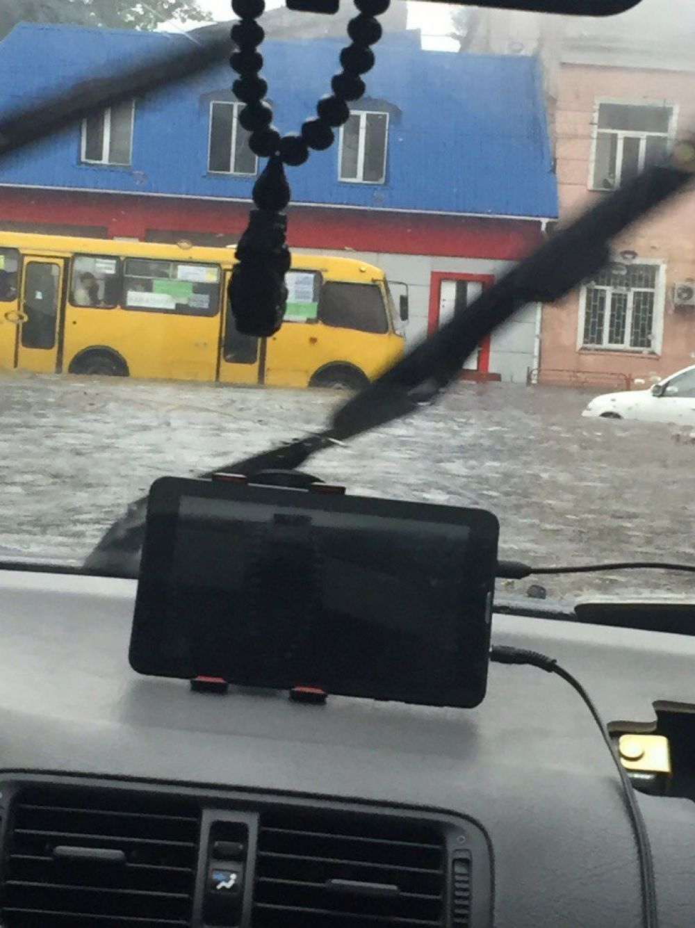 Если водитель видит через лобовое стекло такой уровень воды, то мы боимся спросить, не замочил ли он свои ноги