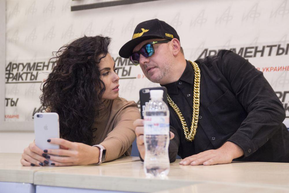 Во время начала онлайн-конференции Настя с Потапом устроили фото сессию для соцсетей