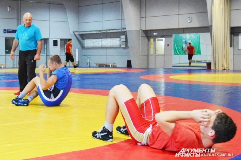 Под руководством старшего тренера по вольной борьбе Кузбасса Владимира Захарушкина мальчишки выполняют все нужные приёмы.
