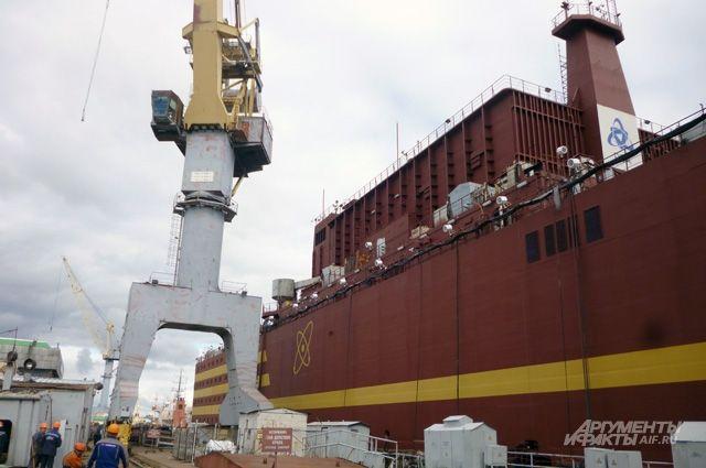 Первая в мире плавучая атомная станция проходит швартовные испытания. И её реакторы уже ждут топливо.