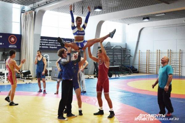 Сам турнир будет открывать кузбасская группа по черлидингу, некоторые участницы которой пришли на тренировку познакомиться с борцами.
