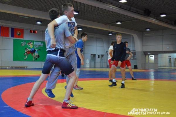 Возраст спортсменов разный – наряду с профессионалами сражается и молодёжь.