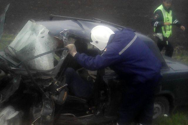 ВРостовской области грузовой автомобиль смял «семерку», которой управляла женщина