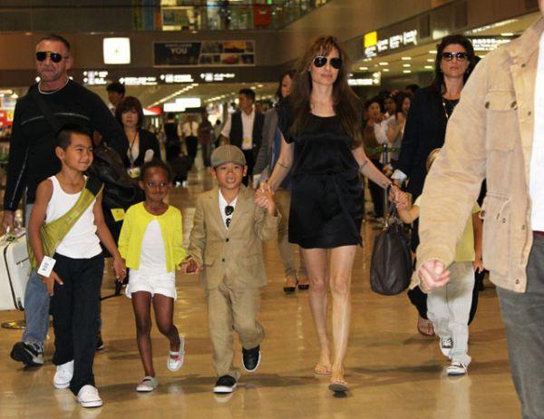 В марте 2007 года Анджелина и Бред усыновили трёхлетнего вьетнамского мальчика, которого назвали Пакс.