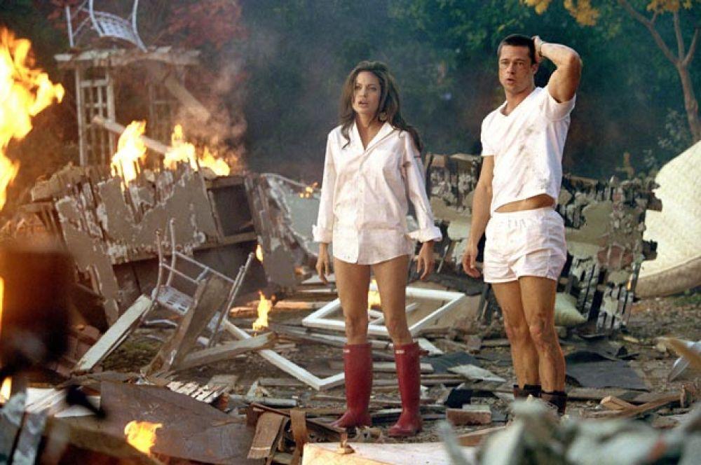 Отношения Джоли и Питта начались в 2005 году после того, как актеры сыграли в фильме «Мистер и миссис Смит» супругов-спецагентов, получивших задание уничтожить друг друга. Однако пара до сих пор отрицает, что роман завязался именно на съемочной площадке.