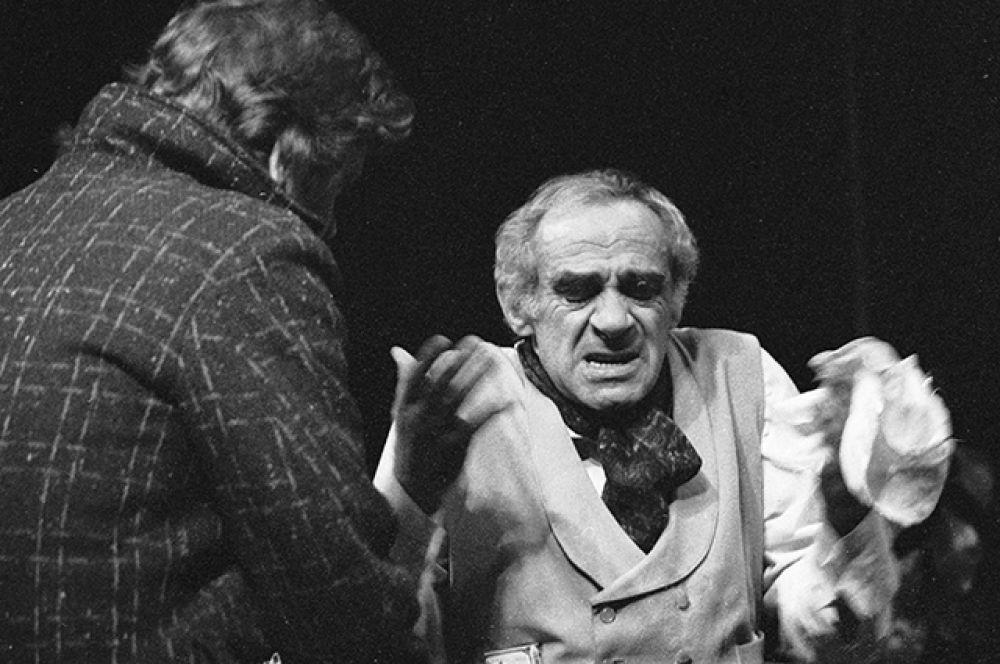 Сцена из спектакля театра имени Ермоловой «Бронкс. Нью-Йорк» по пьесе Клиффорда Одетса «Проснись и пой» в постановке американского режиссера Майкла Майнера. В роли Джекоба – народный артист РСФСР Зиновий Гердт.