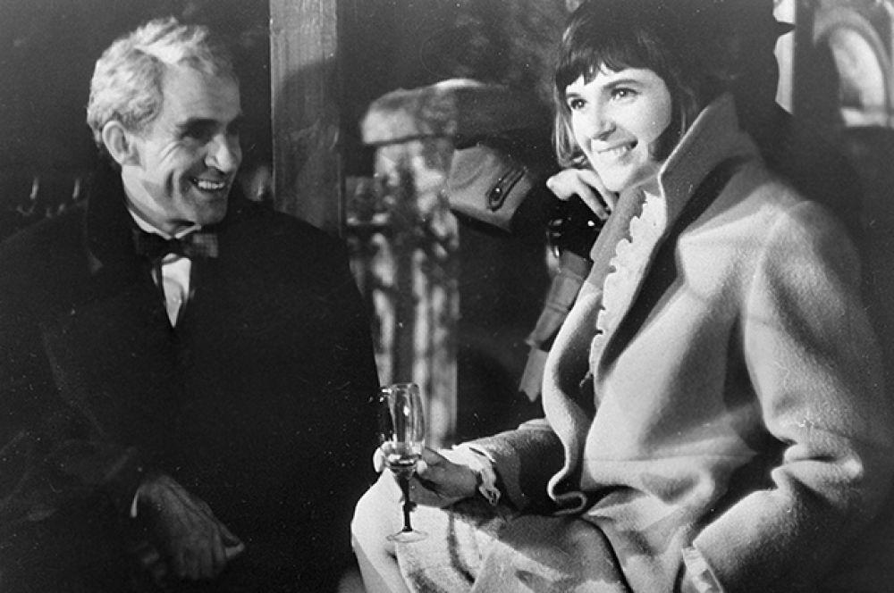 Народный артист СССР Зиновий Гердт и актриса Ольга Гобзева в сцене из фильма «Загадочный индус», 1968 год.