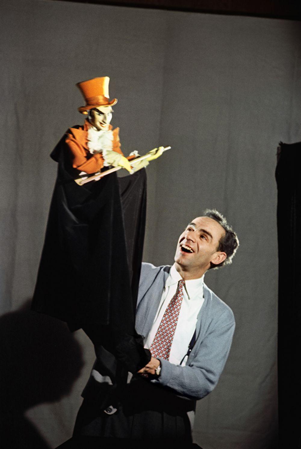Актер театра и кино Зиновий Гердт в Центральном театре кукол. Москва, 1955 год.