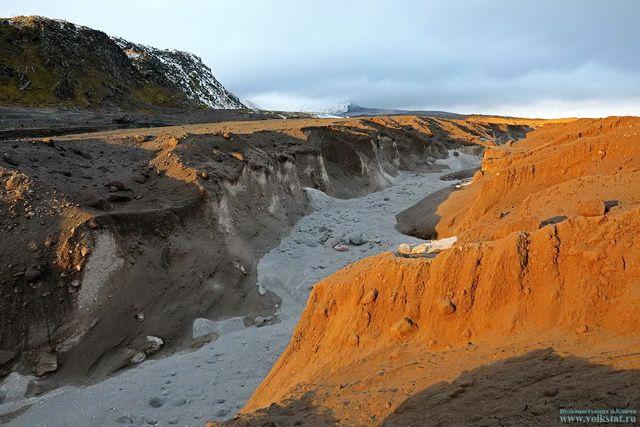 Поток из смеси газов, пепла и камней на вулкане Шивелуч.