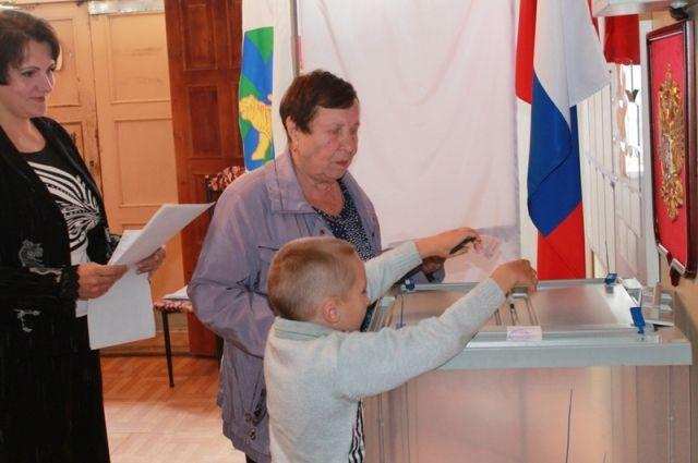 Избиратели шли на выборы с детьми.