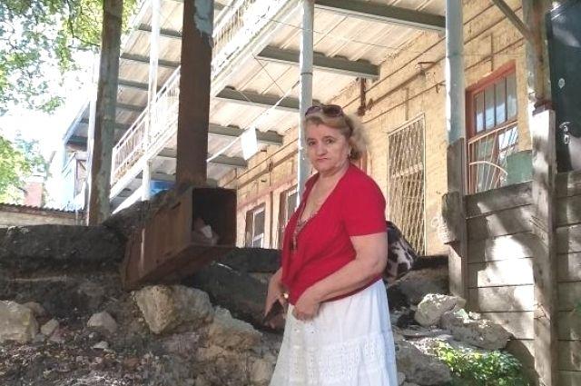 Стена во дворе так и осталась в руинах.