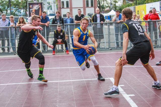 И уличный баскетбол - увлекательная игра сезона. Фото Олеси КУВАТОВОЙ