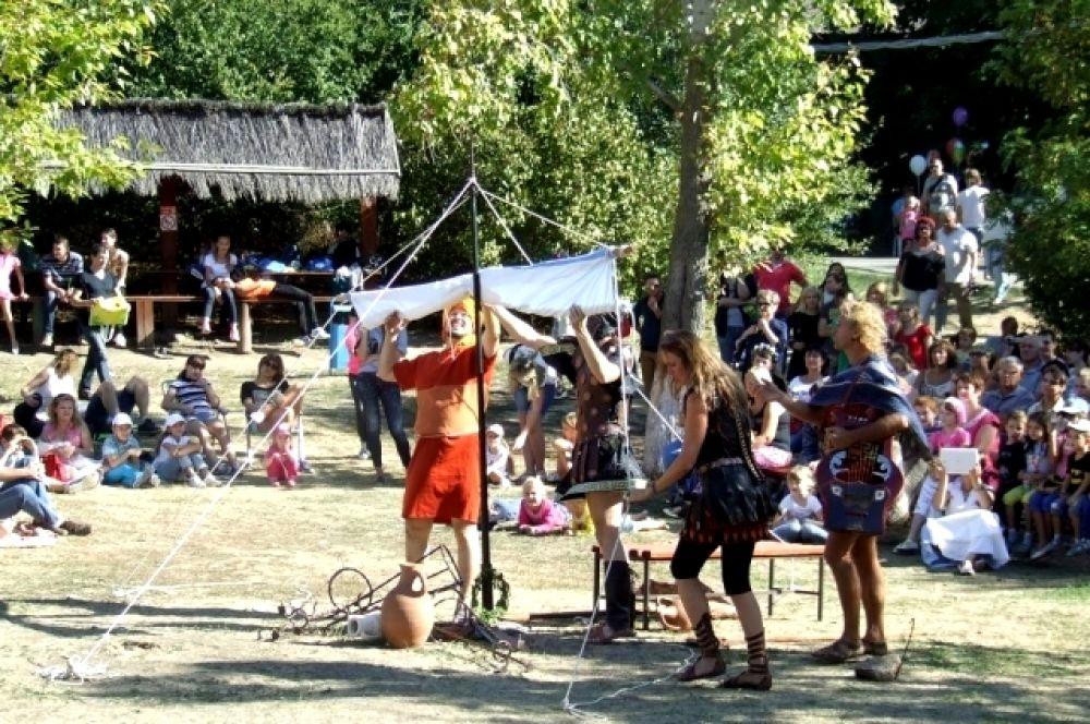 Организаторы стараются провести праздник так, чтобы все наши гости – и дети, и взрослые – могли окунуться в античную эпоху, приобщиться к культурным традициям, образу жизни, спортивным состязаниям, которые были присущи эллинам, древним грекам.