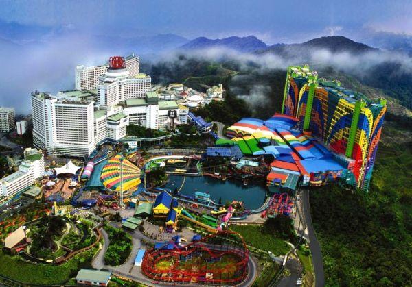 3-звездочный отель First World Hotel, который находится в Малайзии. Наверное, один из самых больших и красочных отелей в мире. Посмотрите на эти цвета!