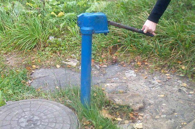 Сколько ни нажимай на рычаг, воды не будет - колонка отключена.