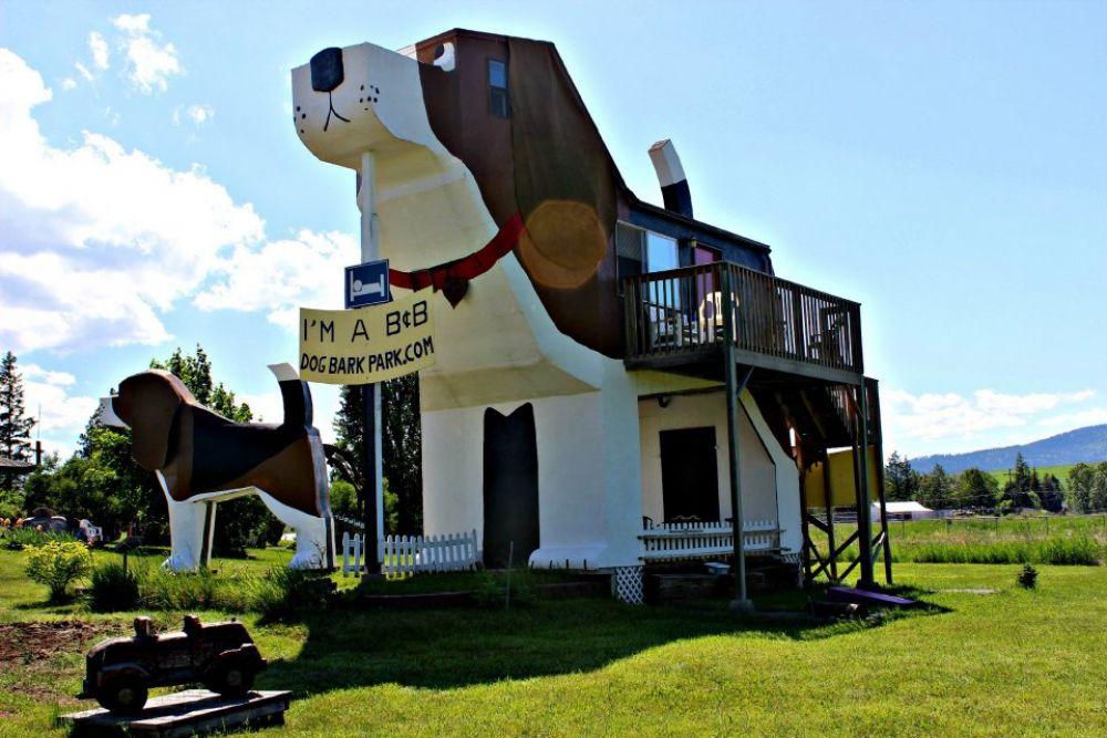А этот отель находится в США. Название - Dog Bark Park Inn, построен в виде двух собак породы бигль