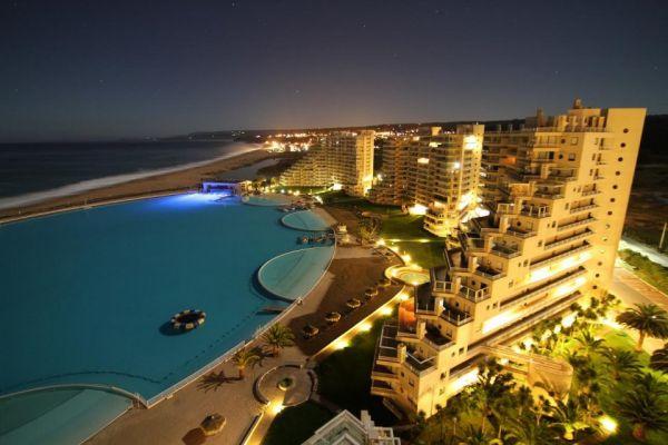 Испанский отель, который находится в ущелье возле пляжа, похож на пирамиды
