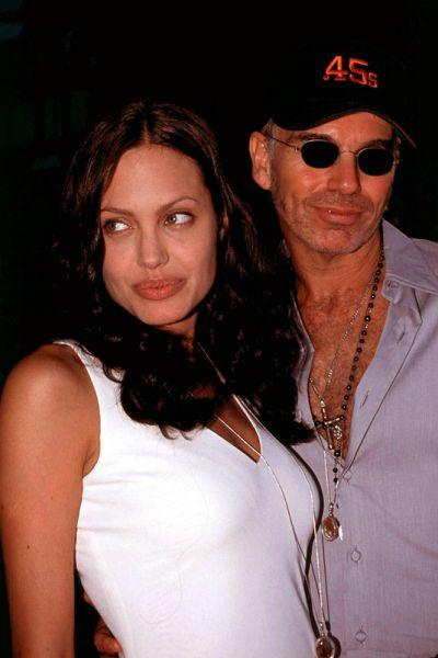 В 2000 году актриса начала новые отношения: на съемках фильма «Управляя полетами» у нее завязался бурный роман с Билли Бобом Торнтоном, который моментально стал объектом пристального внимания публики благодаря экспрессивным выражениям любви с обеих сторон. 5 мая 2000 года они поженились в Лас-Вегасе, однако спустя три года развелись, после чего обоим пришлось выводить с тела татуировки с именами друг друга.