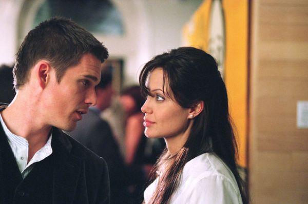 Следующий роман Джоли начался в 2004 году. Избранником актрисы стал Итан Хоук, партнер по съемочной площадке картины «Забирая жизни», который в тот момент был женат на Уме Турман.