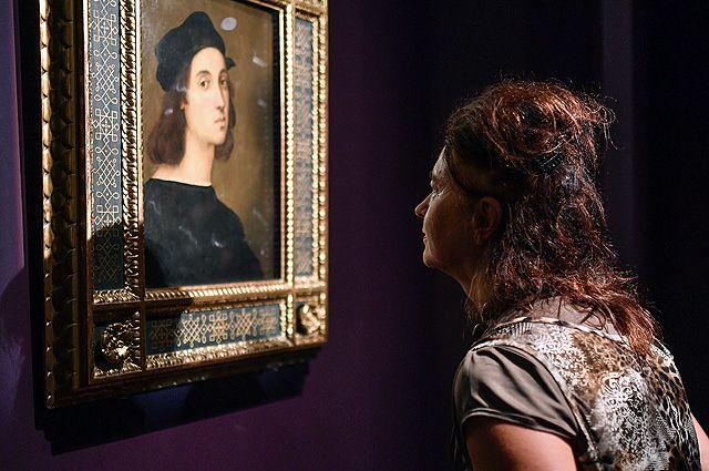 Посетительница у автопортрета художника Рафаэля Санти.
