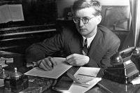 Композитор Дмитрий Шостакович во время работы.