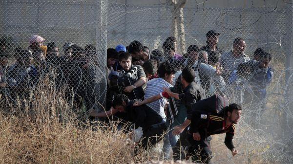 Сирийские беженцы пытаются пересечь границу на юго-востоке Турции. Фото: Lefteris Pitarakis / Associated Press, 14 июня, 2015