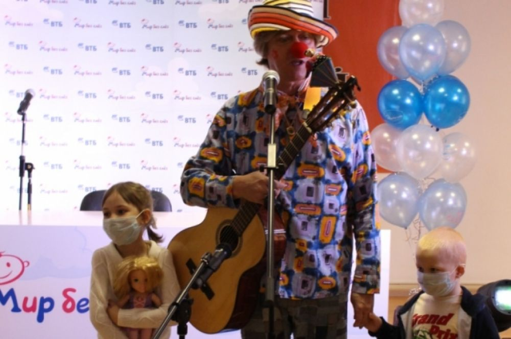По традиции программы сотрудники Банка ВТБ организовали в Центре детский праздник с участием персонажей телепередачи «Спокойной ночи, малыши!» и композитора Владимира Щукина.