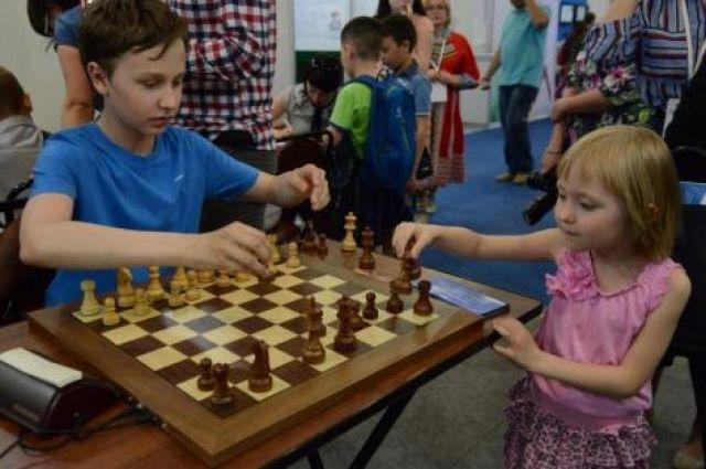 Молодые шахматисты делают 1-ый ход