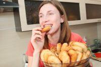 Многим людям просто не хватает силы воли, чтобы отказаться от жирной и вредной пищи.